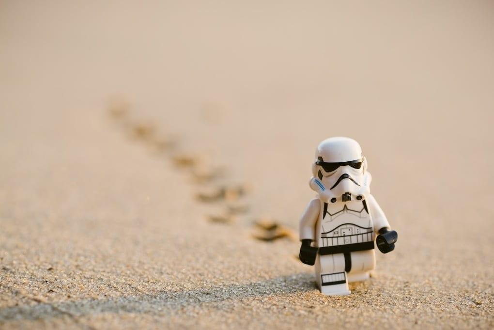 lego-Stormtrooper-walking-on-sand